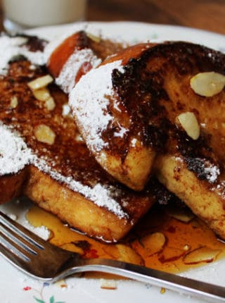 An easy, quick and delicious recipe for a fantastic French Toast topped with crunchy sliced almonds and maple syrup.