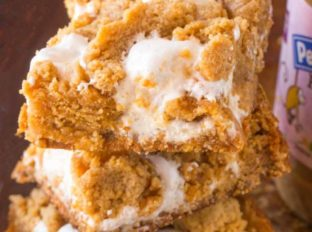 Pumpkin Fluffernutter Bars are the perfect mix of peanut butter brownie, marshmallow filling and all things pumpkin and fall flavored. Best back to school snack ever.