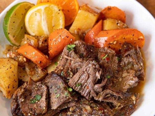 کیوبا موجو پوٹ روسٹ کٹورا میں پیش کرتے ہوئے